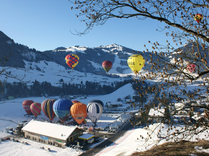Internationales Heissluftballon Treffen in Château d'Oex.