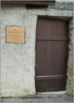 verschiedenes/129527/hinter-dieser-mauer-gedeiht-wie-auf Hinter dieser Mauer gedeiht, wie auf dem Schild zu lesen ist sportlicher Wein vom Feinsten... Aigle, den 27.03.2011