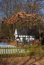 Verschiedenes/180214/hier-mal-von-der-seite-das Hier mal von der Seite: Das alte Backhaus (Backes) am Pfarrteich in Oberholzklau (gehört zu Freudenberg), Kreis Siegen-Wittgenstein, am 11.02.2012